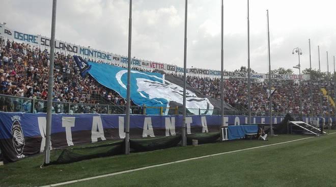 Atalanta, il saluto dei tifosi alla squadra in partenza per Rovetta