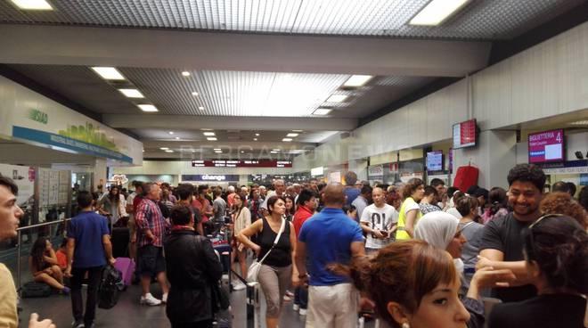 Passeggeri esasperati all'aeroporto di Orio al Serio
