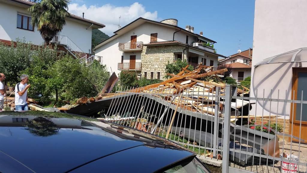 Viana di nembro la forza del vento ha scoperchiato il tetto bergamo news - Alzare il tetto di casa ...