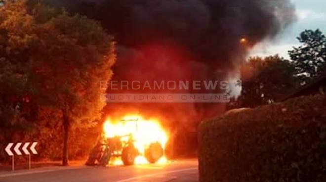trattore fiamme