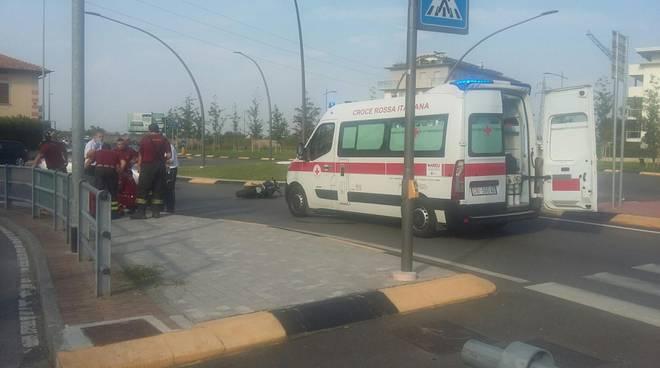 Treviglio, cade dalla moto per schivare automobile: trasportato in ospedale fotogallery