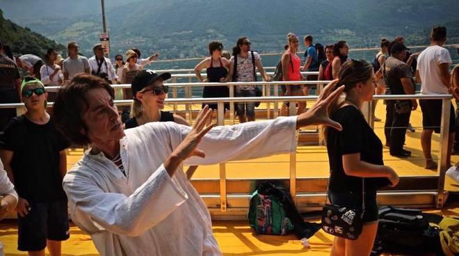 Ecco il nuovo video di Alberto Fortis: a ritmo pop sulla passerella di Christo
