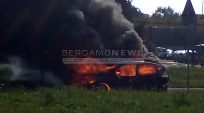 Auto in fiamme in via Carducci