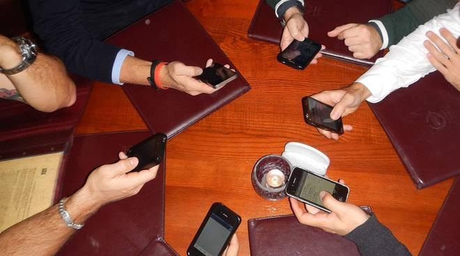 cellulari a tavola