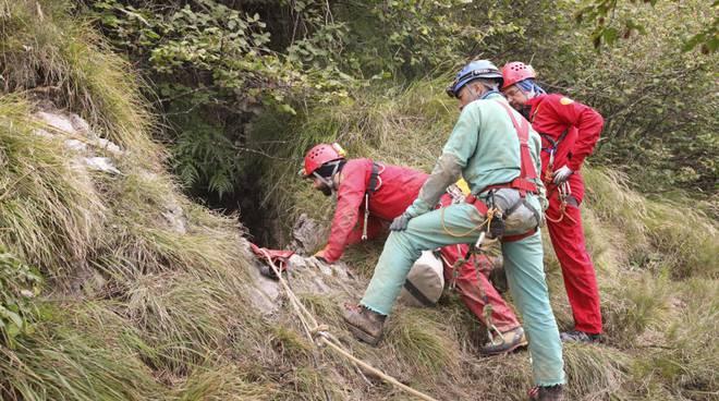Persona ferita e bloccata in grotta: il soccorso alpino si esercita a Oltre il Colle foto