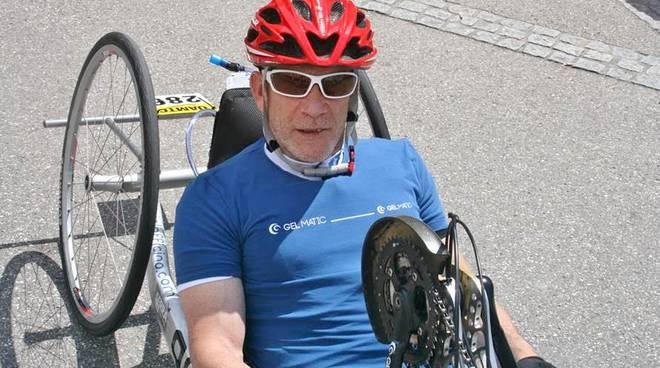 """Claudio, disabile dalla nascita: """"Cerco sponsor per continuare a pedalare con la mia handbike"""""""