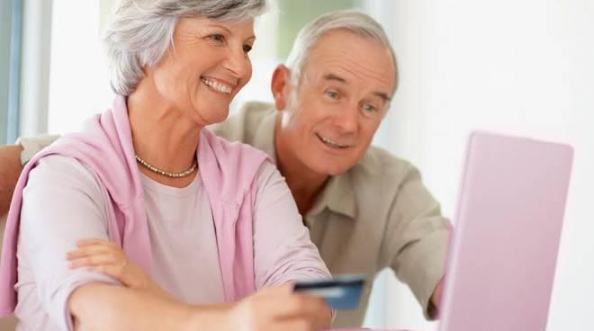 """Le """"nonne digitali"""" acquistano online e amano i social"""