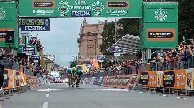 Avvincente e indeciso fino all'ultima pedalata, il Lombardia regala forti emozioni fotogallery video