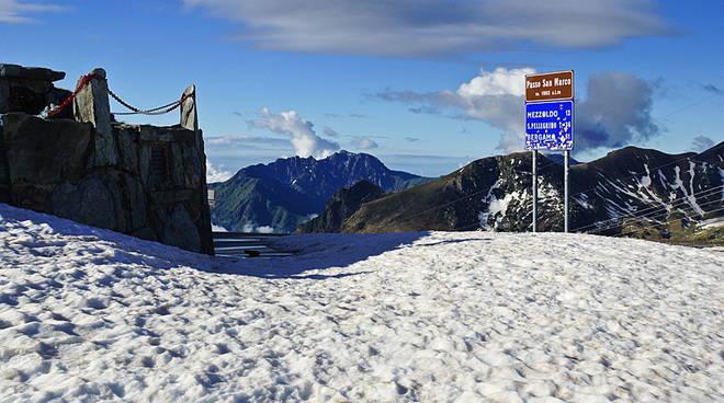 Nevicate, passo San Marco chiuso da Mezzoldo al confine valtellinese