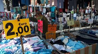 mercato bancarella vestiti