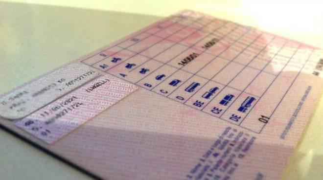 Patenti false a Treviso: suggeritore a distanza per esame teoria