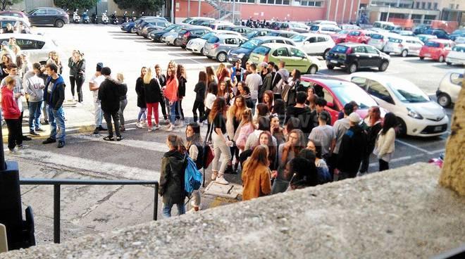 Vittorio Emanuele, la protesta continua: studenti in cortile, venerdì il faccia a faccia con la preside video