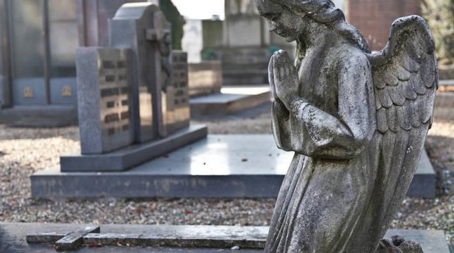 Distrutte le lapidi al cimitero non si manda la storia for Arredi cimiteriali