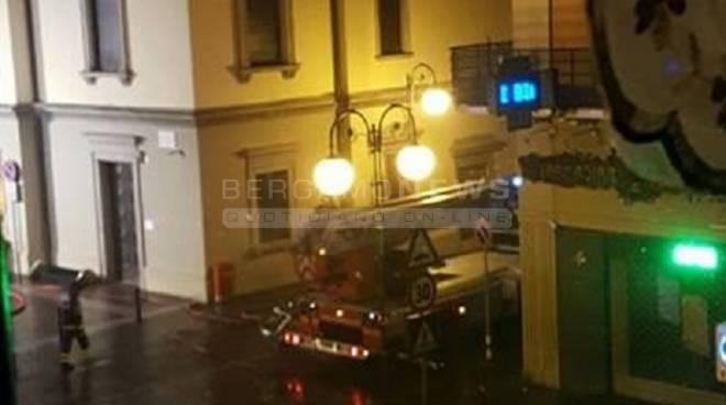 San Pellegrino Terme. Incendio sul tetto del Municipio danneggiato il palazzo storico