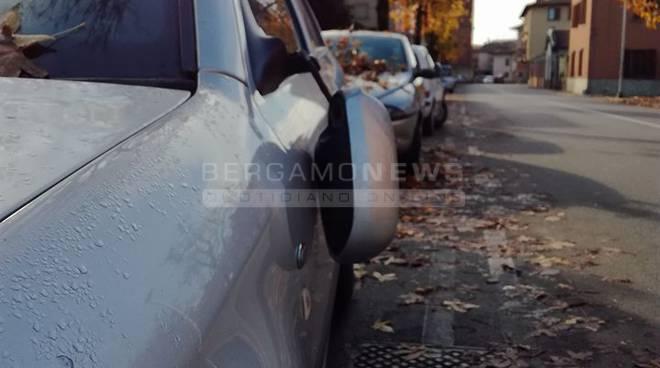 Treviolo, vandali in azione nella notte: decine di auto danneggiate