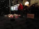 Berlino, fiori e candele sul luogo dell'attentato