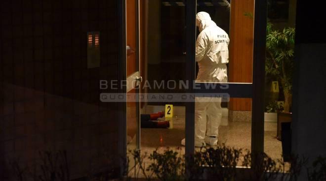 Bergamo: donna uccisa a coltellate sul pianerottolo di casa