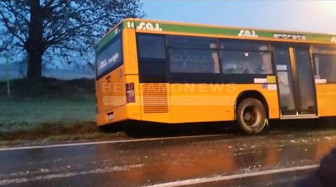 Barbata, un bus finisce nel fosso