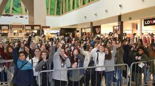 """Folla di adolescenti a """"Le Due Torri"""" di Stezzano per il rapper Lowlow"""