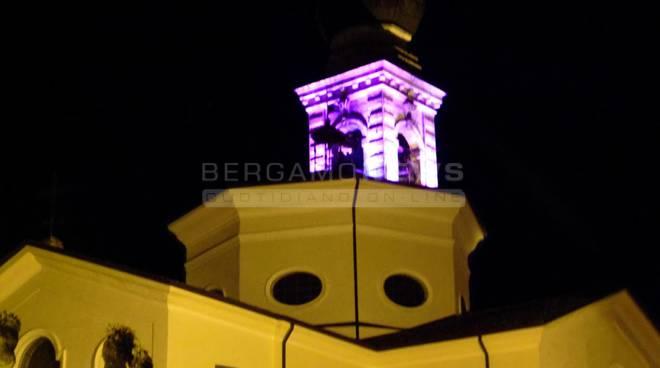 Il campanile di Rovetta si tinge di rosa