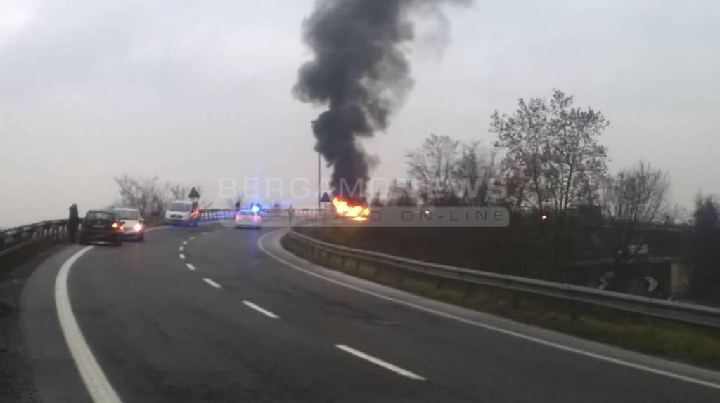 Auto in fiamme sull'Asse