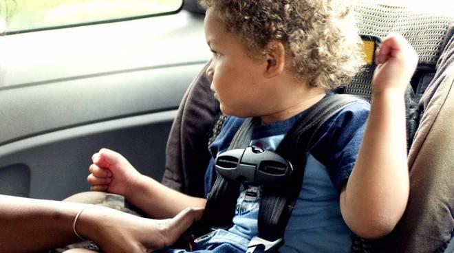 bambino in macchina