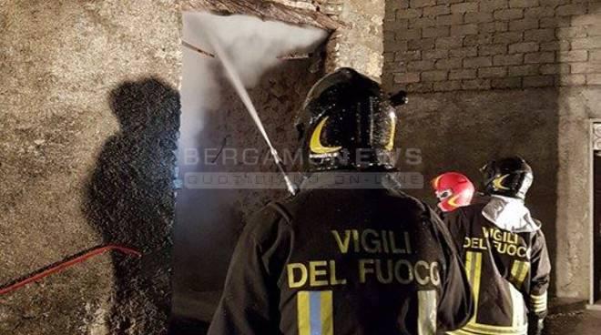 incendio vigli del fuoco pompieri oltre il colle