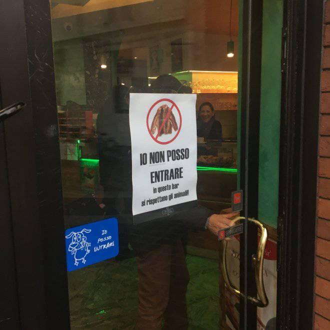 Io non posso entrare bar vietato a chi indossa una - Entrare in una porta ...