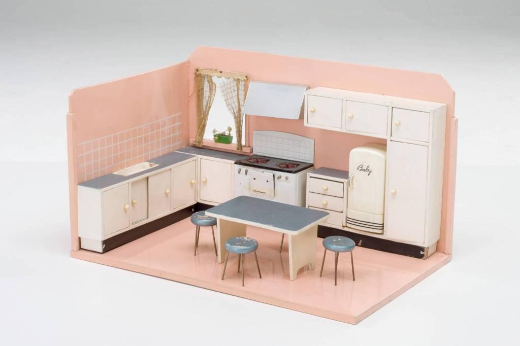 Con una cucina giocattolo in legno degli anni cinquanta