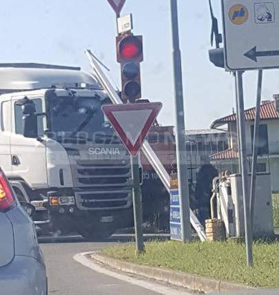 Camion sul passaggio a livello