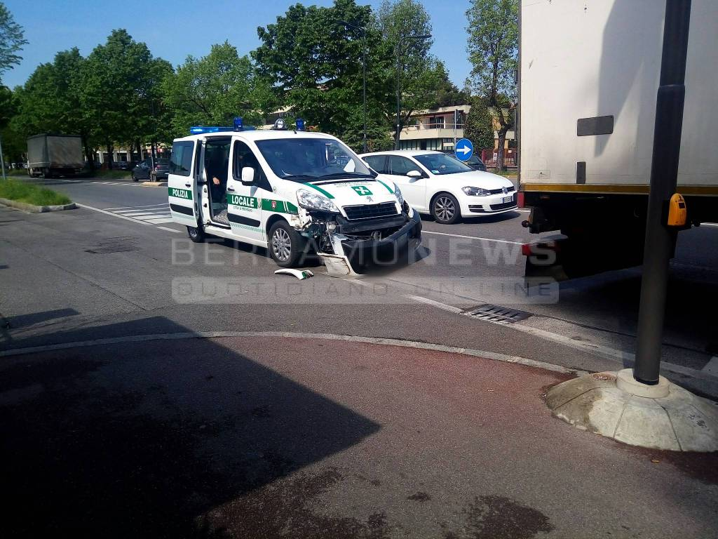Incidente tir-polizia locale