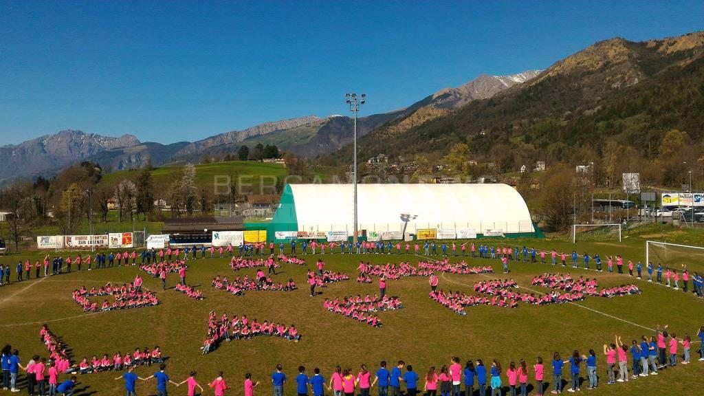 600 bambini accolgono Giro d'Italia a Rovetta