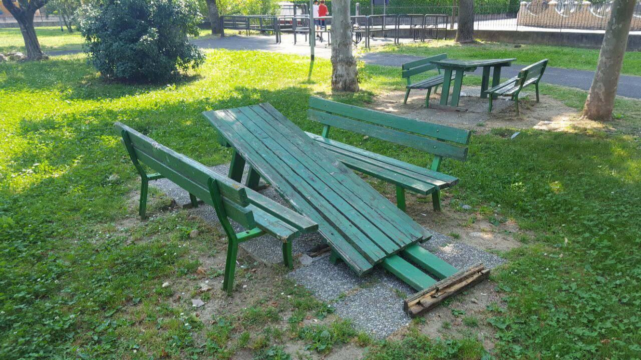 Atti vandalici al parco giochi