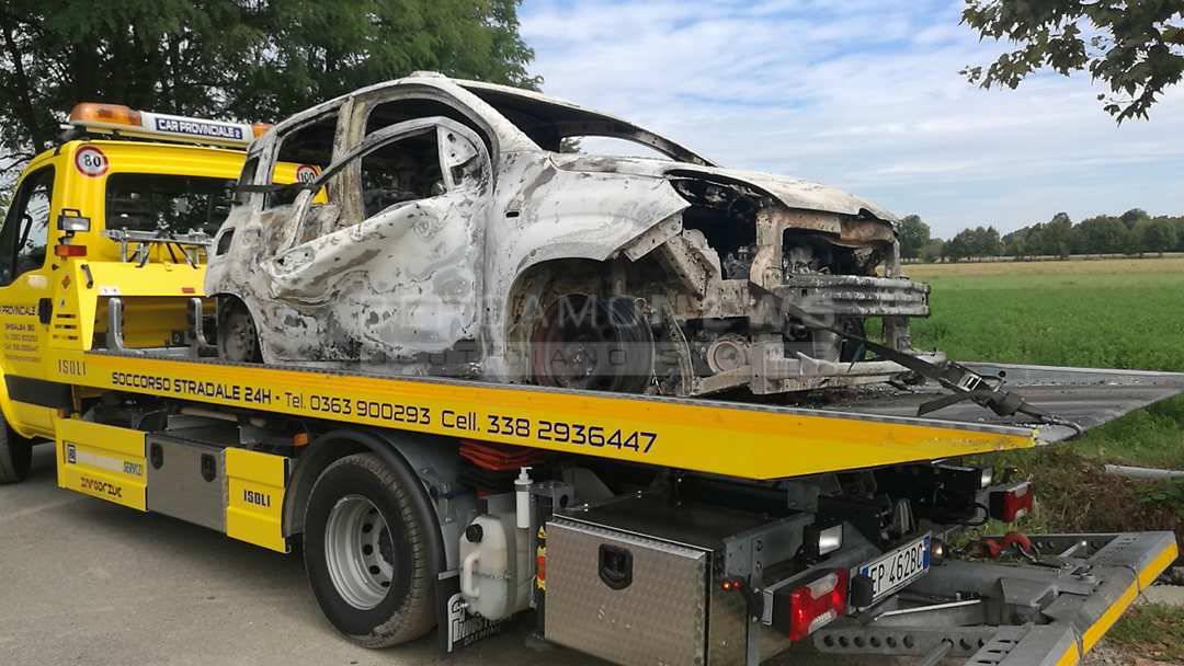 Pognano, cadavere carbonizzato di un uomo trovato in un'auto: mistero sull'identità