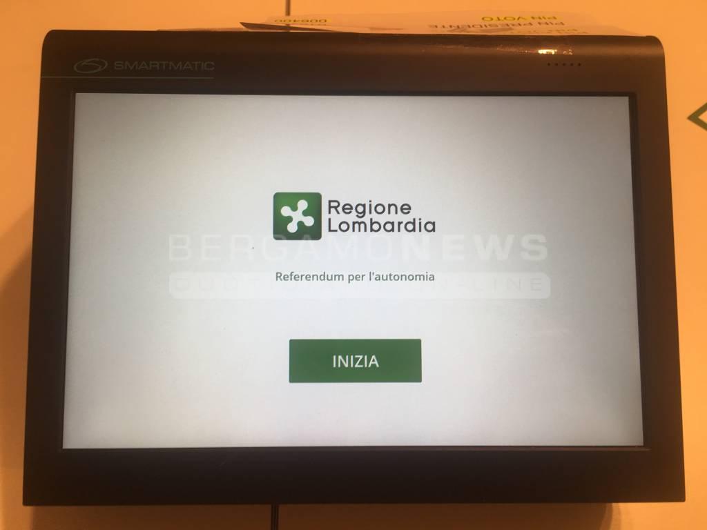Referendum: seggi aperti in Lombardia, al debutto voto elettronico (3)