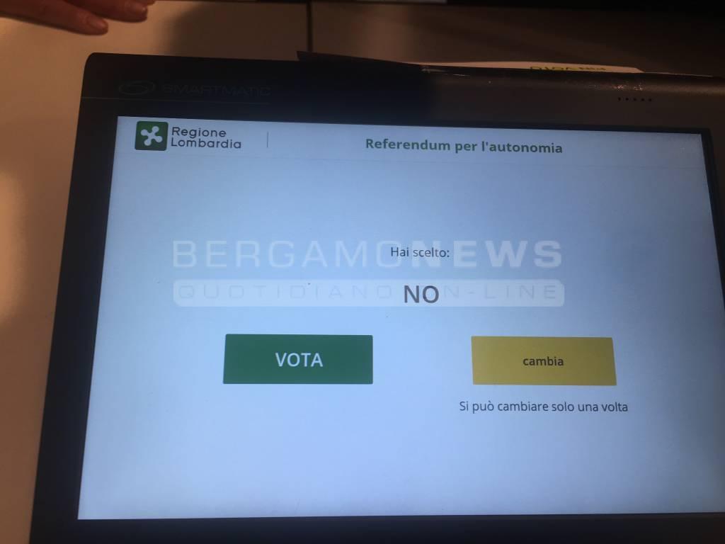 Referendum: seggi aperti in Lombardia, al debutto voto elettronico