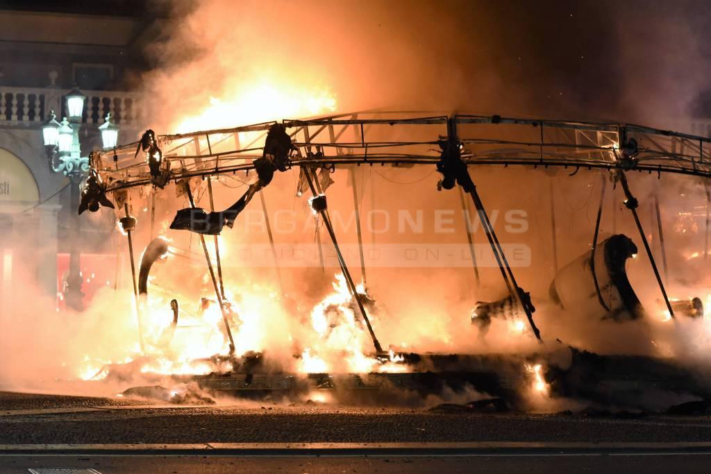 Giostra in fiamme sul Sentierone