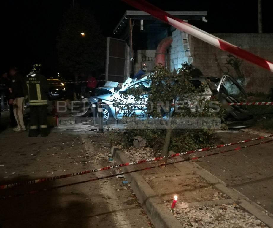 Incidente a Palosco, auto contro collettore in cemento: morti 2 adolescenti