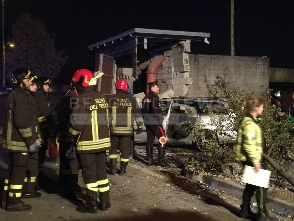 Incidente a Palosco, auto contro collettore in cemento: morti 2 adolescenti