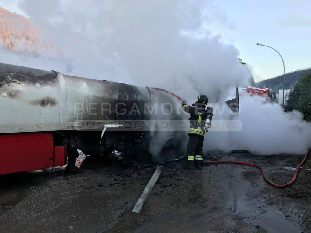 Camion in fiamme a Barzana