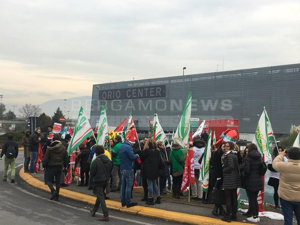 Oriocenter, nuova protesta contro le aperture natalizie
