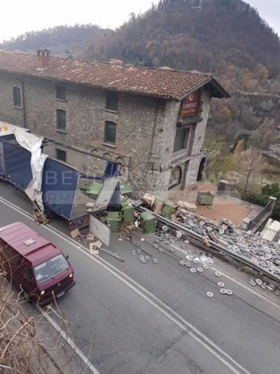 Rimorchio Si Ribalta Provinciale Bloccata Per La Val Brembana