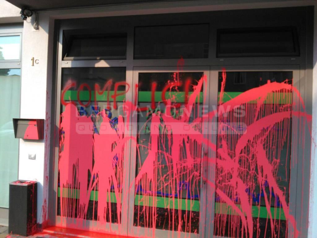 vandali contro la sede della lega