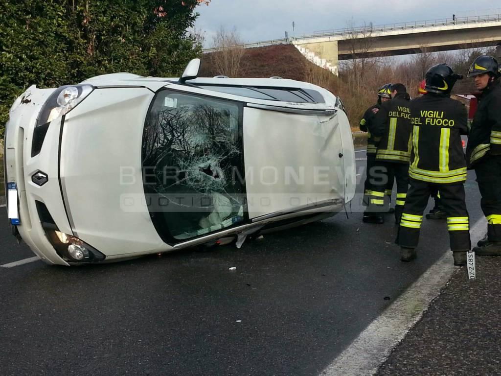 Auto si ribalta a Seriate: quattro coinvolti, due sono bambini