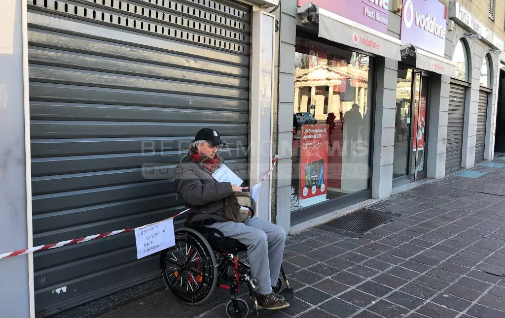 Protesta alla Vodafone di Bergamo