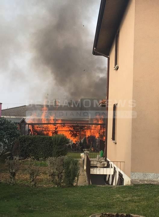 Incendio a Verdello, brucia deposito di legna