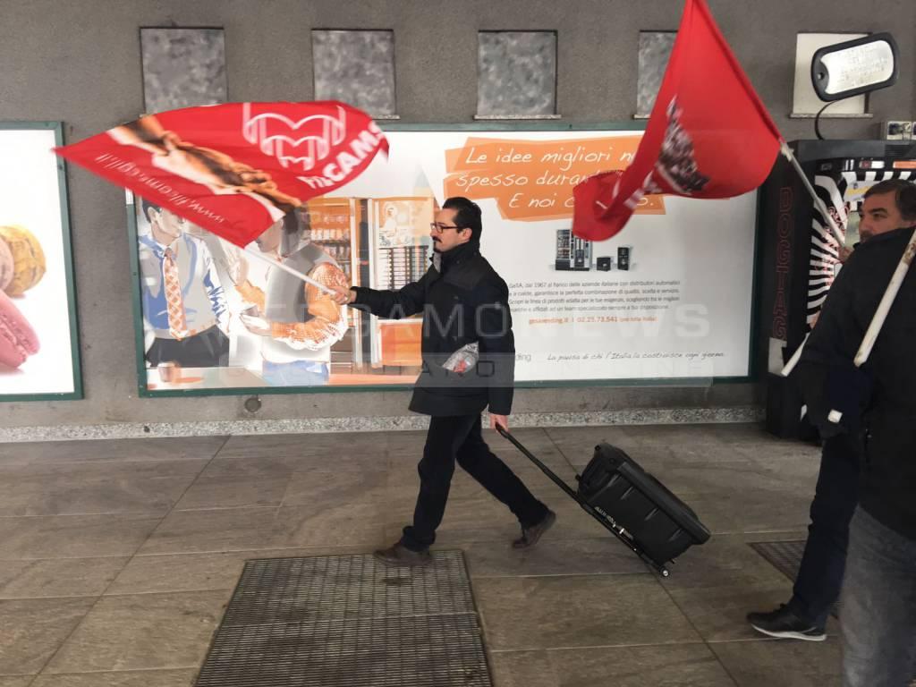Protesta lavoratori delle pulizie ad Orio al Serio