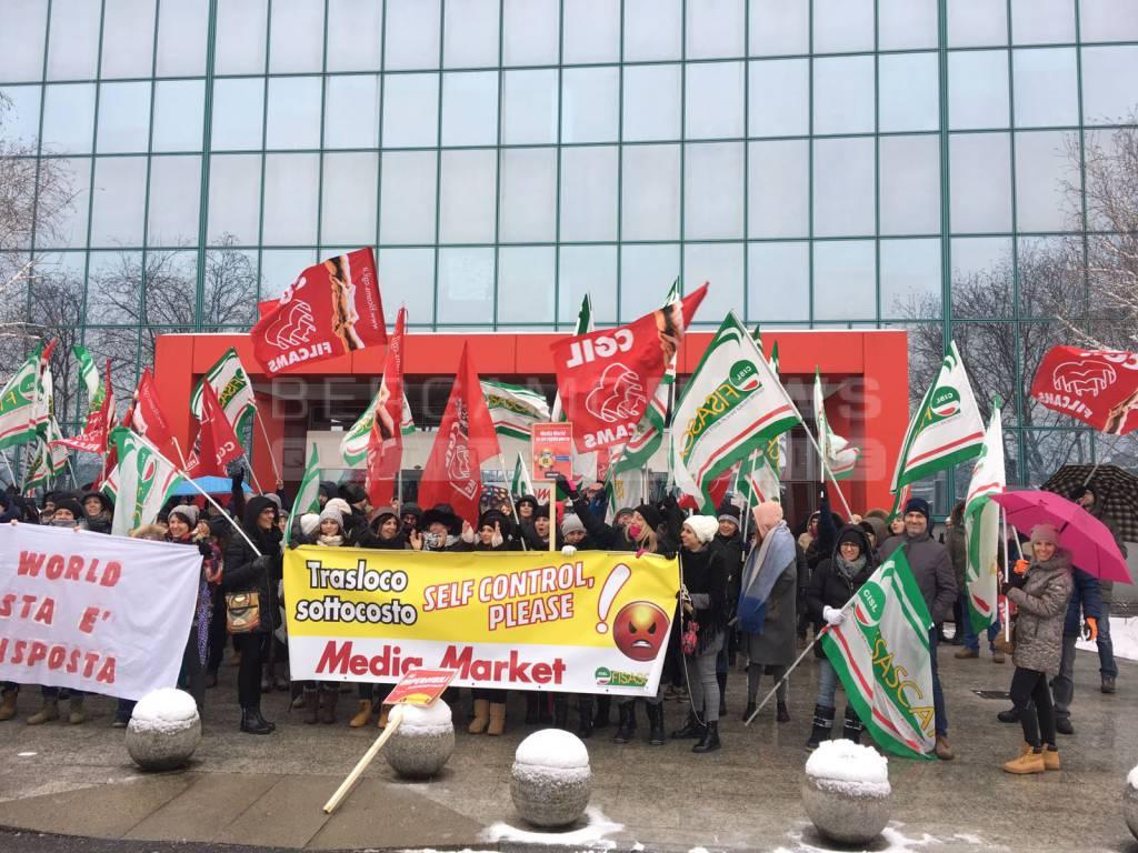 Le proteste dei lavoratori di Mediaworld più forti della neve