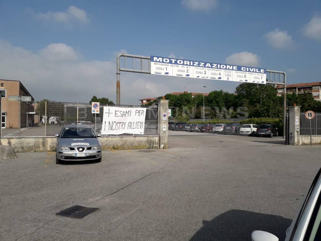 Protesta alla Motorizzazione civile