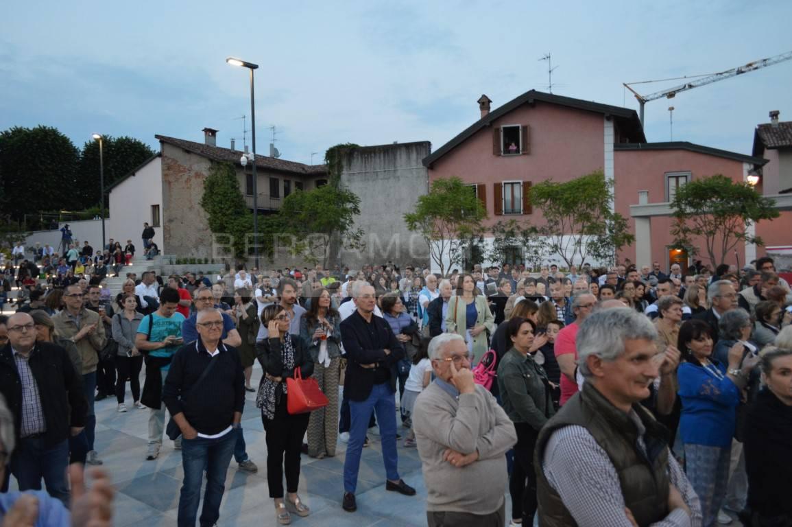 Treviglio, pienone all'inaugurazione della nuova piazza Setti